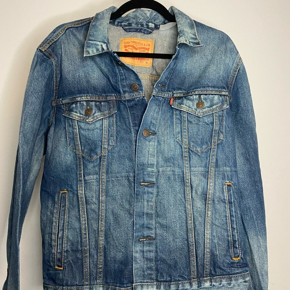 Levi Jean jacket. No holes, rips, or stains. Size Medium